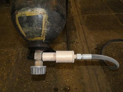 Подсоединение углекислотного баллона через фильтр для углекислоты. Процесс захолаживания системы